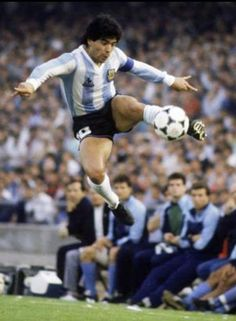 Diego Maradona in spectacular action for Argentina in Football Is Life, Retro Football, Football Design, Top Soccer, Sports Basketball, Football Soccer, Mexico 86, Cr7 Messi, Diego Armando