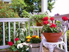 9 Simple and Modern Ideas: Backyard Garden Beds Grass big backyard garden small pools.Backyard Garden Kids Fence easy backyard garden how to build. Backyard Garden Landscape, Porch Garden, Garden Beds, Garden Landscaping, Balcony Gardening, Flower Gardening, Fun Backyard, Apartment Gardening, Rustic Backyard