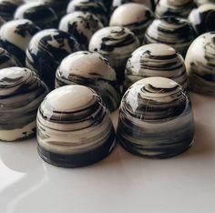 Praline Chocolate, Chocolate Work, Chocolate Dreams, Artisan Chocolate, Chocolate Shop, Chocolate Molds, Best Chocolate, Chocolate Truffles, Chocolate Candy Recipes