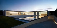 Fran Silvestre Arquitectos designed the Atrium House in Valencia, Spain. The House is located in an urban area and expresses through its architecture the desire to maximize the feeling of spaciousn… Architecture Design, Cabinet D Architecture, Minimal Architecture, Residential Architecture, Amazing Architecture, Building Architecture, Casa Atrium, Living Haus, L Shaped House