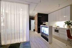 adaptar la televisión de manera funcional, y separar ambientes con cortinas ligeras