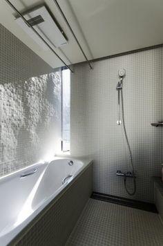 Yさんが気に入っているという浴室空間。ここにもスリット状の開口がつくられている。