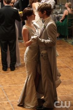 Blair & Nate - Gossip Girl,never have watched the show but I love this look for groom. Nate Gossip Girl, Estilo Gossip Girl, Gossip Girls, Carolyn Bessette Kennedy, Gossip Girl Outfits, Gossip Girl Fashion, Blair Waldorf, Cara Delevingne, Celebrity Pictures