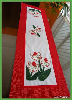 AnaLu Artesanatos: Trilho de mesa Tulipas Diy Home Crafts, Sewing Crafts, Arts And Crafts, Table Runner And Placemats, Quilted Table Runners, Quilting Projects, Sewing Projects, Colorful Rangoli Designs, Baby Embroidery