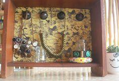 Porta-bijuteria com reaproveitamento de gaveta e cápsulas de café - Blog do Elo7 Liquor Cabinet, Good Things, Frame, Furniture, Home Decor, Blog, Ideas, Good Ideas, Decorating Ideas