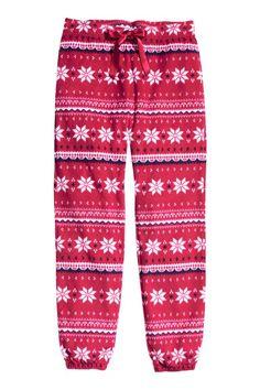 Fleece pyjamabroek: Een pyjamabroek van zacht fleece met een geprint dessin. De broek heeft elastiek en een trekkoord in de taille en elastiek onder aan de pijpen.