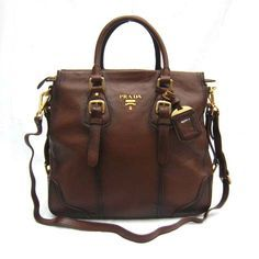 Best prada bag Ive ever seen though thats perhaps because it looks like old luggage; Shot at Stylizio for womens and mens designer handbags luxury sunglasses watches jewelry purses wallets clothes underwear Burberry Handbags, Prada Handbags, Purses And Handbags, Prada Purses, Prada Bag, Sac Week End, Look Vintage, Beautiful Bags, My Bags