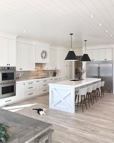 Farmhouse Kitchen Decor Ideas: Great Home Improvement Tips You Should Know! You need to have some knowledge of what to look for and expect from a home improvement job. Modern Farmhouse Interiors, Modern Farmhouse Kitchens, Farmhouse Kitchen Decor, Home Decor Kitchen, Kitchen Interior, Kitchen Ideas, Modern Farmhouse Design, Contemporary Kitchens, Kitchen Modern
