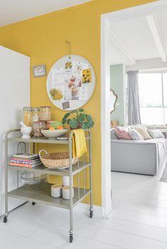 Muur decoratie ideeën voor de gele achterwand in de keuken ©BintiHomeBlog