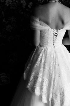2020 on haastava häävuosi, niin paljon kuin sitä on odotettu, nyt odotuksen tilalla on epävarmuus, huoli ja pelko. Millaisia vaihtoehtoja hääparilla on jos hääsuunnitelmat eivät onnistukaan alkuperäisellä tavalla? Lue mun postaus, ehkä löydät siitä uusia inspiroivia vinkkejä häihinne #häät #tampere #wedding2020 #jennituominenphotography Small Intimate Wedding, Intimate Weddings, One Shoulder Wedding Dress, Marie, Wedding Ideas, Bridal, Wedding Dresses, Photography, Beautiful