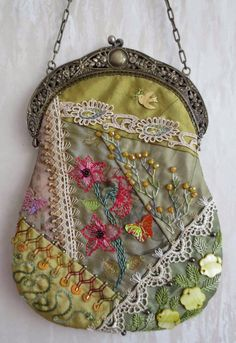 I ❤ crazy quilting, beading & embroidery . Stunning Crazy Quilt bag with antique frame, side B~By Margreet's Draadjespaleis Crazy Quilting, Crazy Quilt Stitches, Crazy Quilt Blocks, Beaded Purses, Beaded Bags, Patchwork Bags, Quilted Bag, Frame Purse, Antique Frames