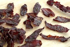 RECEPT: Udělejte si domácí sušené maso – jerky   g.cz Home Canning, Food 52, Bacon, Cookies, Meat, Breakfast, Technology, Crack Crackers, Morning Coffee