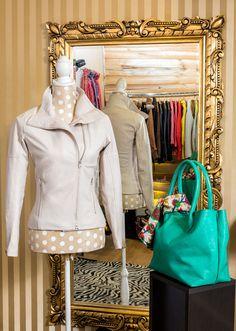 El perfecto Leather look, encuentralo en bruja caroprese  chaqueta en cuero natural, cartera turquesa en cuero tratado.