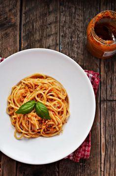 Dziś przepis na mega szybkie pesto z bardzo ciekawych składników, bo z pomidorków koktajlowych. Pesto jest cudowne, ważne tylko, aby nie zabić smaku pomidorków zbyt duża ilością papryczki chili. Skoro
