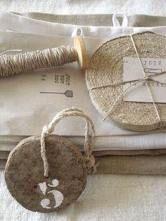 Gift tags. Felt on wood, then stenciled. Madera y fieltro. Good idea.