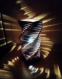 Lampada in legno a spirale realizzata a mano. Handmade wood lamp.