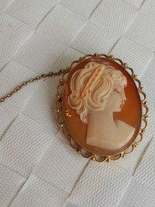 Fine Art Deco carved Cameo gold brooch