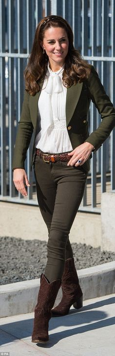 Here, I want to share 15 Beloved Kate Middleton Style through The Years such as her casual style, formal style, maternity style, etc. Kate Middleton Outfits, Moda Kate Middleton, Style Kate Middleton, Kate Middleton Fashion, Prince William And Kate, William Kate, Princess Kate, Princess Charlotte, Duchess Kate