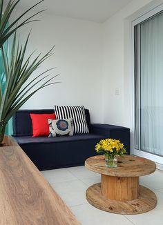 sofá na varanda, em tom azul marinho