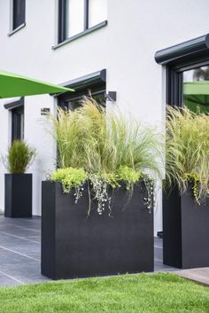 Planters as a privacy screen on the terrace - garden design ideas - Planters as a privacy screen on the terrace With our ELEMENTO planter you can create an excellent p - Backyard Patio, Backyard Landscaping, Patio Stone, Flagstone Patio, Concrete Patio, Patio Table, Modern Landscaping, Landscaping Ideas, Outdoor Planters