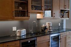 Wohnideen für Küche Glasrückwand glanzvoll farben leuchtend dunkel