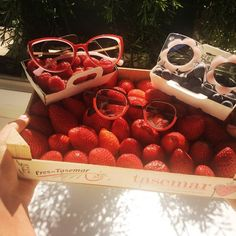 F R E S H & J U I C Y  #soleil et #gourmandise s pour ce #weekend avec #carolineabram.paris  #theoeyewear et #lindafarrow ... et les #gariguette s !! #OptaCreateurs #OptaFamily #ThisIsUs #exhausteursdepersonnalites #soulbooster #artisanlunetier #wardrobeforeyes #lunettes #eyewear #sunnies #handmade #handcrafted #frames with #style #fashionblogger #photooftheday #ruedesabbesses #montmartre #montmartreaddict #paris #parisjetaime #vivreparis #need pic @camille_cier