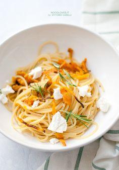 Spaghetti alla zucca piastrata con ricotta salata un primo piatto vegetariano, semplice ma saporitissimo!  La ricetta su http://noodloves.it/spaghetti-alla-zucca-piastrata-ricotta-salata/  #Spaghetti #Zucca #Noodles #PastaeZucca #RicottaSalata #Gnam
