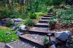 des marches de jardin en bois cailloux gris décorées de fleurs: