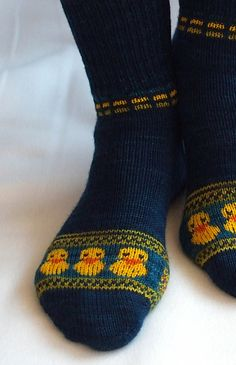 Knitting Patterns Socks Ravelry: QuietscheEntchen Is Going For Gold! Knitted Slippers, Knit Mittens, Crochet Slippers, Knitting Socks, Hand Knitting, Knit Crochet, Knit Socks, Knitting Machine, Vintage Knitting