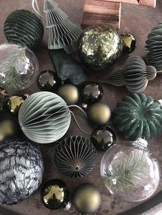 Blue Christmas Decor, White Christmas Trees, Gold Christmas Decorations, Dark Christmas, Woodland Christmas, Christmas Table Settings, Christmas Themes, Christmas Diy, Christmas Bulbs