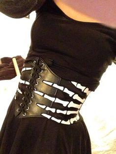 DIY Manos de esqueleto en cinturón