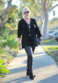 mixed textures in an all-black outfit  - une femme d'un certain âge