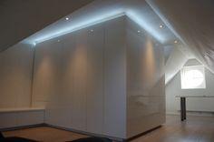 Kasten op zolderkamer  met indirecte verlichting