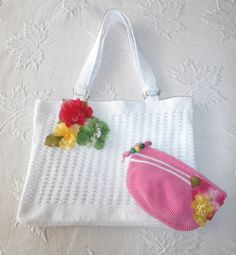 bolso y neceser a crochet adornados con flores de tela