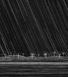 """Matt James aus Australien ließ seine Kamera einen Abend lang den Himmel über einem Windpark aufnehmen. Die einzelnen Sterne sind aufgrund ihrer Bewegung am Firmament zu Linien verwischt. (Zweiter Platz in der Kategorie """"Erde und Weltall"""")"""