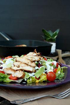 Mexikanischer Salat mit gegrillter Hähnchenbrust und Ranch-Dressing