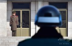 朝鮮半島の軍事境界線沿いの非武装地帯(DMZ)にある板門店 판문점 Panmunjom で向かい合う北朝鮮 North Korea の兵士(左)と韓国 South Korea の兵士(2015年2月4日、資料写真Files)。(c)AFP/JUNG YEON-JE ▼24Jun2017AFP|北朝鮮兵士が軍事境界線越え韓国に脱北、6月亡命相次ぐ http://www.afpbb.com/articles/-/3133289