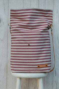 Sand, Strand & Meer - dazu dieses tolle, etwas festere Baumwollmischgewebe in den Basic Sommerfarben Bordeaux/ Natur und der vegetabil gegerbte Lederriemen machen diese Schulter- und Umhängetasche...