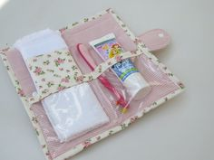 Toalha macia com barrado compõe a … Hygiene kit in floral cotton fabric. Soft towel with barred make up the piece. Fabric Crafts, Sewing Crafts, Sewing Projects, Patchwork Kitchen, Sewing Tutorials, Sewing Patterns, Bijoux Fil Aluminium, Baby Boy Blankets, Soft Towels