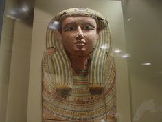 """Sarcophagus Cover (664 - 525 B.C.)   2   Más nuevos Más antiguos From the Chrysler Museum of Art Website:  Head and Chest of an Anthropoid Coffin Lid Late Period, Dynasty 26, ca. 664-525 B.C.  Cartonnage mask, gesso, and paint on sycamore  Gift of Walter P. Chrysler, Jr. 0.1977  """"The anthropoid, or human, shape of this coffin lid is a central feature of the Egyptian coffin type. I"""