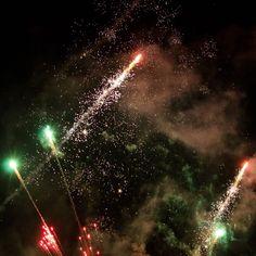 Desejamos a todos um #AnoNovo cheio de bons sentimentos que novos e velhos sonhos sejam concretizados e que nunca falte o amor! Vamos esquecer o que não deu certo e perdoar vamos dizer adeus ano velho! Que todos possam se despedir do período que passou em festa muita alegria e possam entrar no ano novo com esperança no coração. O que ficou por fazer pode agora ser feito. O que ficou por sonhar deve agora ser sonhado. Que este seja o melhor ano de nossas vidas! Feliz Ano Novo…