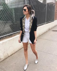 Polera básica blanca + short blancos + blazer negro con tachas doradas