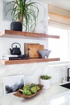 明るく開放的な雰囲気のキッチンの壁に造作されたシンプルな木の棚