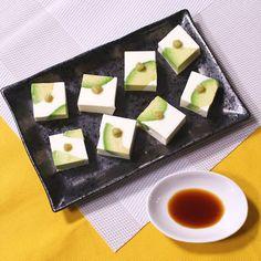 「なめらか食感 アボカドクリームチーズ豆腐」の作り方を簡単で分かりやすい料理動画で紹介しています。緑と白が鮮やかできれいな、和洋折衷の一品です。クリームチーズ豆腐もアボカドも滑らかで口当たりがよく、とってもおいしいですよ。家飲みのおつまみや、ちょっとしたおもてなしの一品にもオススメです。ぜひ作ってみてくださいね。