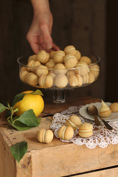 Baci amalfitani - Bake a Cake 2019 Italian Cookie Recipes, Italian Cookies, Italian Desserts, Pastry Recipes, Italian Dishes, Mini Desserts, Cooking Recipes, Take The Cannoli, Italian Pastries