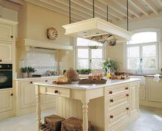 Cocina en blanco con amplia isla central