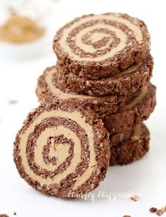 Creamy peanut butter fudge rolled in a thin layer of chocolate rice krispies. These Cocoa Crispy Treat Peanut Butter Fudge Pinwheels are as pretty as they. Chocolate Rice Krispies, Peanut Butter Rice Krispies, Chocolate Cereal, Chocolate Peanut Butter Fudge, Chocolate Roll, Cereal Treats, Peanut Butter Desserts, Rice Crispy Treats, Decorated Cookies