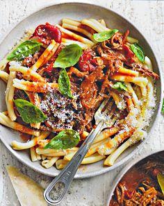 Rezept Pasta mit langsam geschmortem Rinderragout von Donna Hay Die neuen Klassiker 2014 AT Rinderbrust Rotwein Rinderbrühe Nudeln Zwiebel Knoblauch Tomate