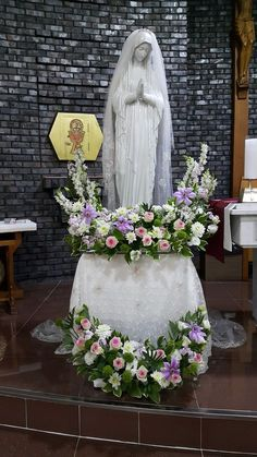 Daum 블로그 - 이미지 원본보기 Mary Flowers, Altar Flowers, Church Flowers, Funeral Flowers, Unique Flower Arrangements, Funeral Flower Arrangements, Unique Flowers, Communion Decorations, Altar Decorations