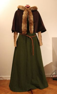 cool dress, not so crazy about the fur on the cloak.